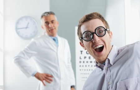 oculista: Examen oculista, paciente empoll�n joven que se divierte