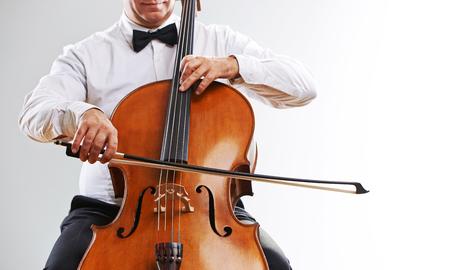 musica clasica: Cerrar una imagen de un hombre que toca el violoncelo Foto de archivo