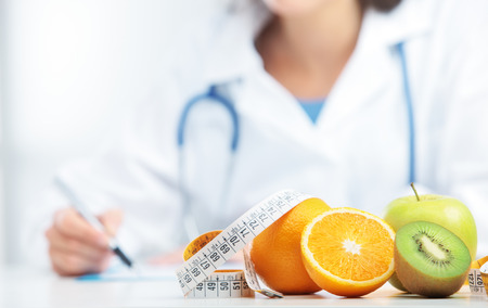 영양사 의사 처방전을 쓰고있다. 과일에 초점