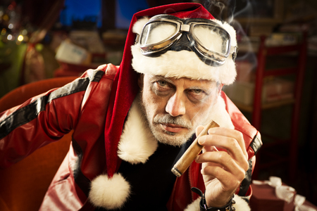 hombre fumando puro: Retrato de Bad Santa fuma un cigarro Foto de archivo