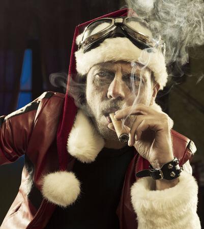 hombre fumando puro: Retrato de Bad Santa fumando un cigarro