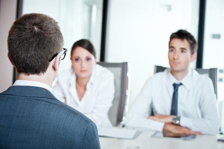 interview job: Dos hombres de negocios que tiene la entrevista de trabajo con el hombre joven