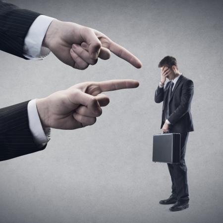 persona confundida: Los dedos apuntando al joven empleado.