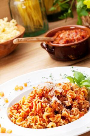 comida italiana: Comida italiana: pasta con salsa de tomate y queso parmesano. Foto de archivo