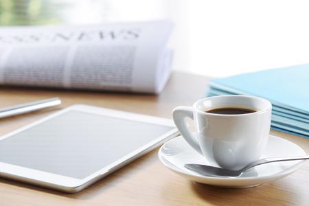 tazas de cafe: Escena de la oficina de negocios, tableta digital y el periódico con café