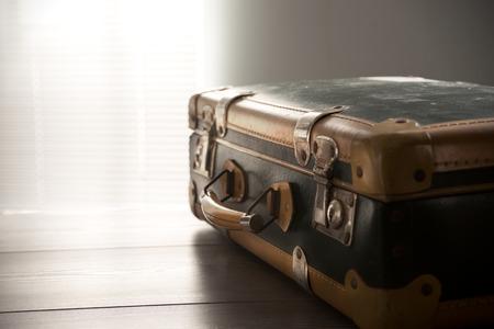 ビンテージ スーツケース旅行の概念はテーブルの上。