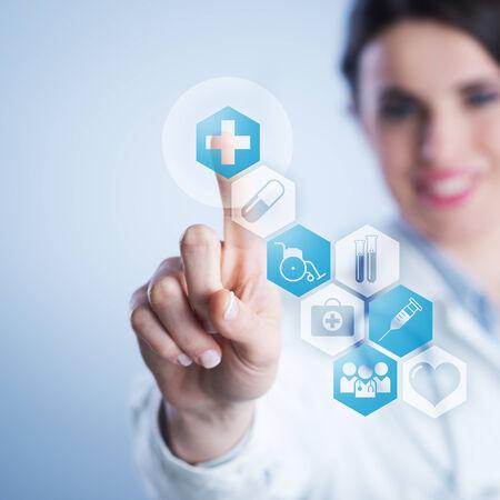 Nữ bác sĩ trẻ sử dụng một giao diện màn hình cảm ứng.
