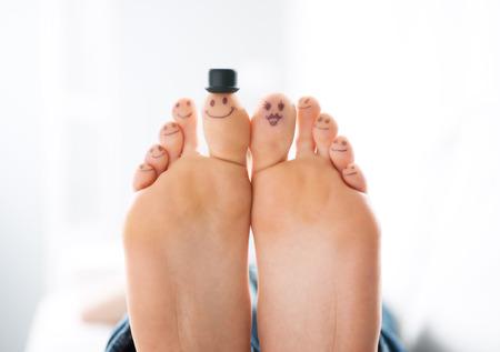 zweisamkeit: Smiliing Zehen close-up, Familie und Zweisamkeit Konzept.