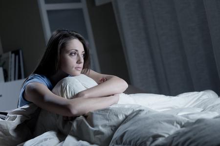 insomnio: Retrato de una mujer joven que sufre de insomnio