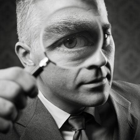 lupa: Detective de la vendimia que mira la c�mara a trav�s de la lupa.