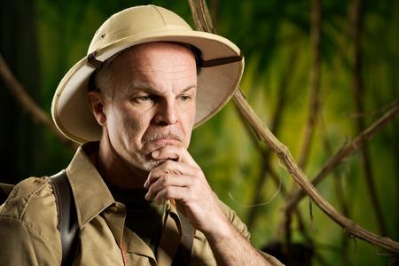aventurero: Retro aventurero en la selva pensando con la mano en la barbilla.