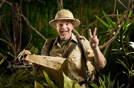 bonne aventure: Pionnier de succès dans la jungle de trouver la bonne direction sur la carte.