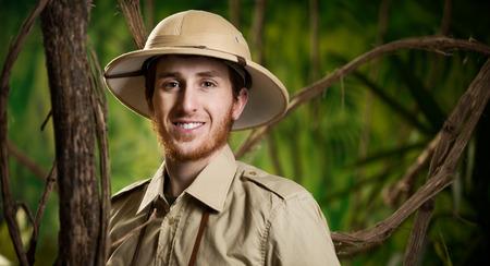 m�dula: Explorer confidente joven en la selva con el sombrero de m�dula sonriendo a la c�mara. Foto de archivo