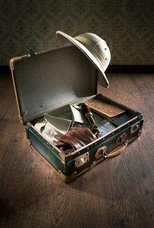 m�dula: Abra la maleta con el equipo de explorador estilo colonial incluyendo salacot, libros antiguos y el telescopio de lat�n.