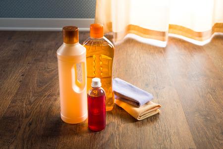 productos quimicos: Productos detergentes para el cuidado de pisos de madera dura y MANTENIMIENTO de parquet.