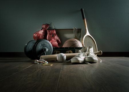 스포츠 신발, 권투 장갑, 무게와 야구 방망이를 포함 빈티지 가방에 십 대 스포츠 장비.