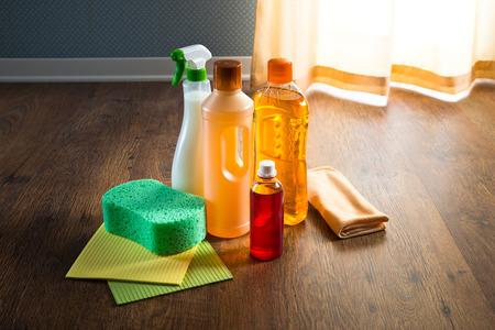 cleaning products: Suelo de madera productos más limpios en el entarimado con esponjas y un paño de microfibra.