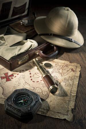 m�dula: Antiguo mapa del tesoro con sombrero m�dula estilo colonial, telescopio bras y br�jula. Foto de archivo
