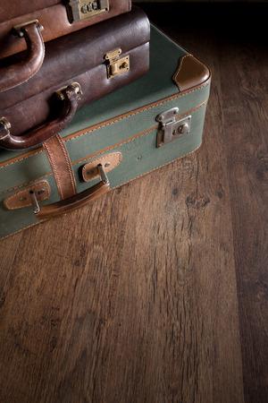 holzboden: Weinlesegep�ck close-up auf dunklem Parkett, Reisen Konzept. Lizenzfreie Bilder
