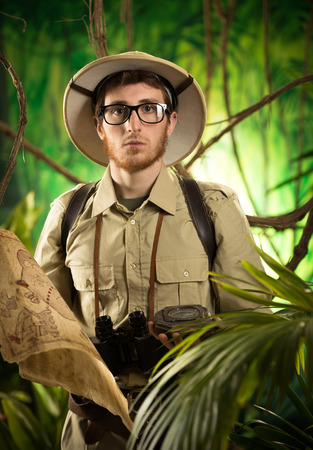 médula: Aventurero joven con mapa y brújula explorar la selva tropical.