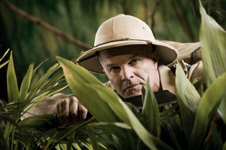 aventurero: Supervivencia aventurero confianza explorar la selva selva sosteniendo un machete.