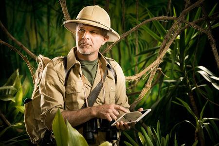 médula: Aventurero estilo colonial con tableta digital explorar desierto selva.