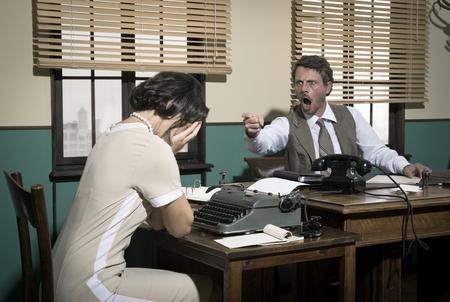 empleado de oficina: Director Furious discutiendo con joven secretaria, oficina 1950 de la vendimia. Foto de archivo