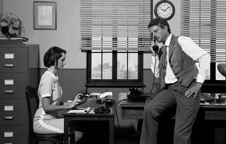 Klassiker junge Sekretärin und zuversichtlich Direktor im Büro arbeiten. Standard-Bild