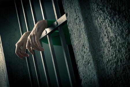 gefangene: Mann im Gefängnis Hände close-up, Depression und Verzweiflung Konzept. Lizenzfreie Bilder