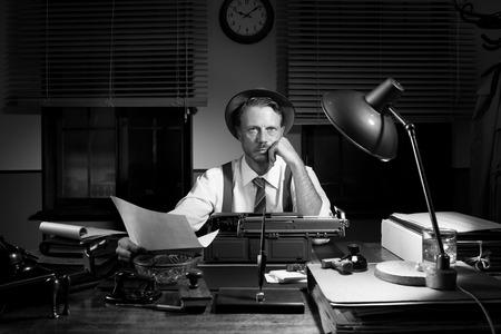 reportero: Reportero Profesional revisar un texto y comprobar los errores a altas horas de la noche.