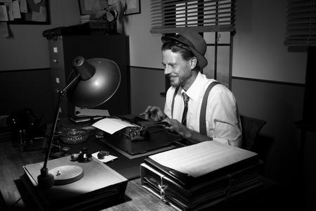 yetenekli: Ofisinde bir daktiloda yetenekli muhabir yazarak Gülen. Stok Fotoğraf