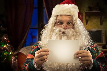 weihnachtsmann lustig: Happy Santa Claus mit einem Gru�karte mit leeren copyspace und l�chelnd in die Kamera