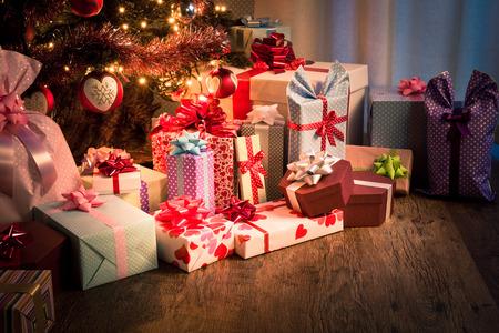 tree  pine: Nochebuena en casa con los regalos coloridos y �rbol decorado
