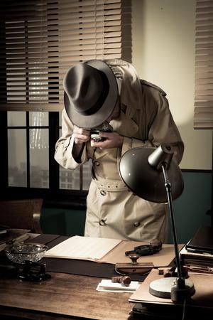 agent de sécurité: Spy Agent voler haut données secrètes et prendre des photos, le bureau de style années 1950.