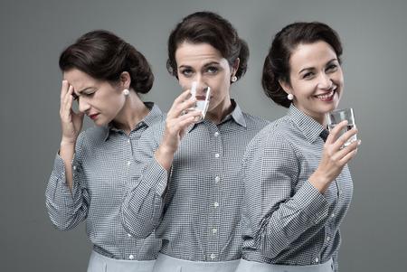 cheerful woman: Mujer de la vendimia de tomar un medicamento eficaz con un vaso de agua y el cambio de enfermo para sanado