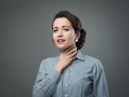 Vintage vrouw met keelpijn te raken haar nek