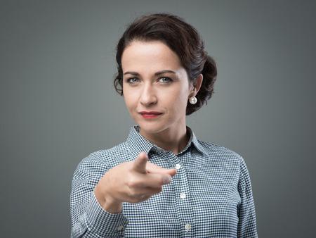 자신감을 여자가 그녀의 손가락을 카메라 poiting, 나는 당신이 원하는 개념 스톡 콘텐츠