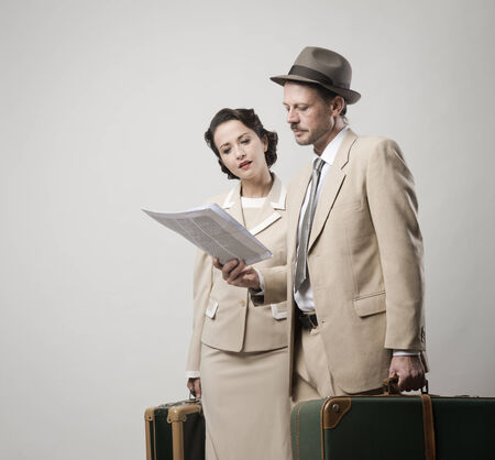 oude krant: Elegant paar vertrek naar vakanties met bagage, 1950 stijl