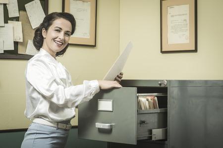 secretaria: Sonreír archivos secretario buscar vendimia en los cajones del gabinete de presentación
