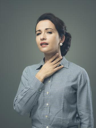 목의 통증이 그녀의 목을 만지고 빈티지 여자