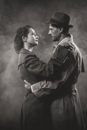 Film noir: romantic loving couple embracing in the dark, 1950s style Imagens