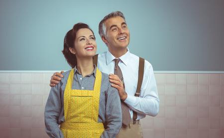 幸せなビンテージ カップル自宅でポーズとカメラに微笑んでいますー 写真素材