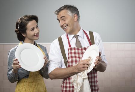 marido y mujer: Sonriente pareja de la vendimia en lavavajillas delantal juntos Foto de archivo