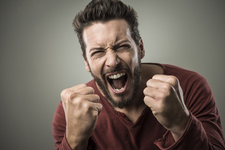 hombre rojo: Hombre agresivo enojado gritando en voz alta con expresión feroz