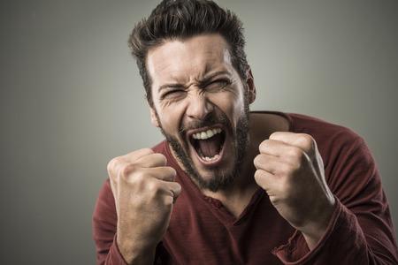 beau jeune homme: Homme agressif col�re criant � haute voix � l'expression f�roce