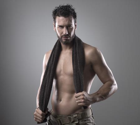 m�nner nackt: Zuversichtlich muskul�ser Mann Trocknen seine athletischen K�rper mit einem Handtuch