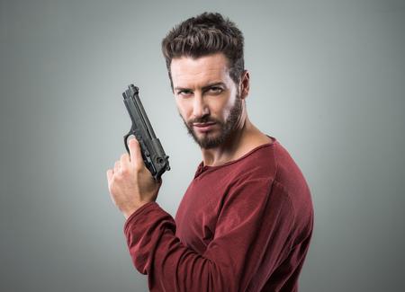 銃、クールな態度を持って自信を持って積極的な男