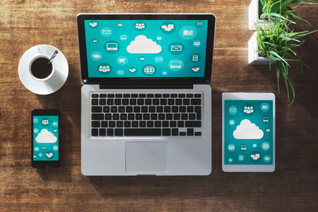 Cloud computing en sociale netwerk-interface op een laptop, tablet en smartphone-scherm Stockfoto