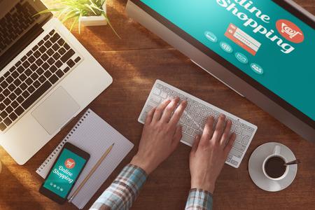 Online-Shopping-Website auf Laptop-Bildschirm mit weiblichen Händen der Eingabe