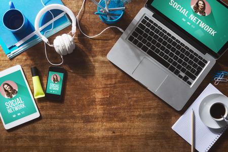 juventud: Perfil de usuario de la red social se burlan en la pantalla del ordenador, tableta y tel�fono inteligente